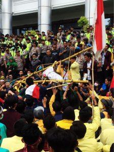 Tolak RUU Kontroversi, Mahasiswa Serbu Kantor DPRD Sumatera Barat