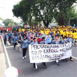 Ribuan Mahasiswa Kepung Kantor Gubernur Sumatera Barat